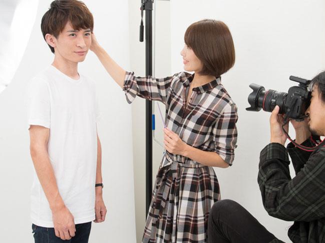 俳優志望の男性がヘアメイクとカメラマンによって宣材写真を撮影される写真